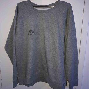 säljer denna grå sweatshirt med the creation of adam på bröstet som jag gjort själv, vet ej vart den kommer ifrån men den är inte alls använd. tvättas i 40*C. möts upp i sthlm eller så står köparen för frakt :)
