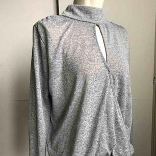 En finstickad gråmelerad tröja från bikbok!