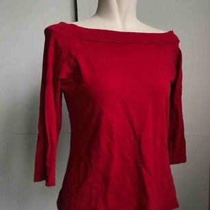 En röd off-shoulder topp med lite kortare ärmar!