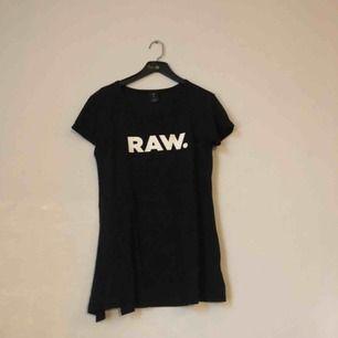 T-shirt med slits i sidan från g-star. Raw-loggan på bröstet och g-star märket på ryggen. Går att knyta om man vill. Köparen står för frakt:)
