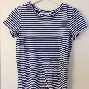 Blå/vit randig t-shirt från h&m💙 frakt 42 kr!