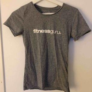 KNAPPT ANVÄND t-shirt från fitnessGuru😍 frakt 42 kr!