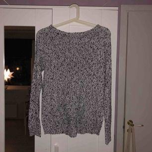 Stickad tröja i storlek S, köparen står för frakten. Möts upp i Stockholm City eller Huddinge