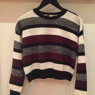 Stickad tröja från H&M. Den är använd fåtal gånger och det är bra skick. Skriv gärna om du undrar något eller intresse🤠✨💖