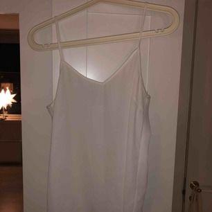 Vitt linne från Cubus, en aning genomskinligt så rekommenderar beige eller grå BH under. Köparen står för frakten, möts upp i Stockholm City eller Huddinge