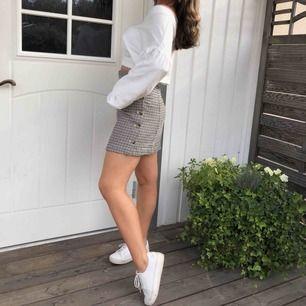 SÅ snygg kjol från h&m i bra skick, säljer pga har två likadana par☺️
