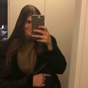 Ett skal från holditbrand som passar iPhone 6/6s/7/8+ Väldigt fint och ser lite ut som märket Fendi, väldigt snyggt!!