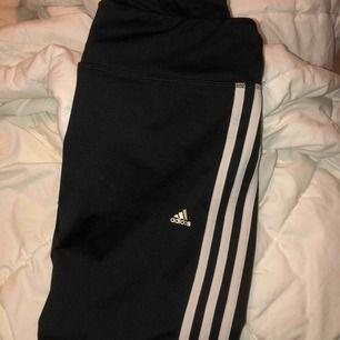 Svarta adidas tights i storlek S!