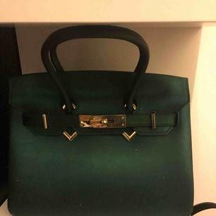 Sjukt fin Hermèsinspirerad väska, aldrig använd. Svart/mörkgrön beroende på ljus  De vita prickarna är bara damm