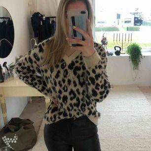 Säljer världens finaste och mysigaste leopardtröja då den tyvärr inte kommer till användning. Frakt ligger på 100kr men jag bjuder på hälften, dvs 50kr.