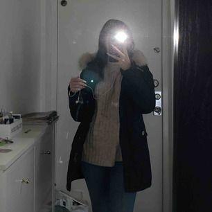 Woolrich jacka i modellen: Luxury Arctic Parka Jackan är mörkblå  Säljer den då jag vill ha en annan vinterjacka