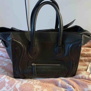 Super fin handväska i väldigt bra skick och super bra kvalitet! Står ej för frakt