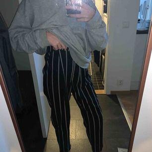 Super sköna kostymbyxor som aldrig använts  Jag har Xs och de hänger lite löst på mig, men går ändå att använda om man inte vill ha tight