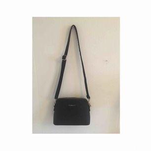 Säljer en jättefin väska från Flora&co 👜 Aldrig använd , använder inte väskor 😝 3 små fickor , man får med ett längre band 🙂 Frakt tillkommer 🎄