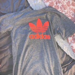 Äkta adidas T-shirt med as coolt tryck  Aldrig använd Jag kan ha den och är xs i storleken  Du som är 164-170 cm lär kunna bära den