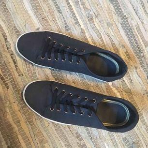 Säljer dessa snygga skorna, marinblå 😻 Använda men i väldigt bra skick 👌🏼👌🏼 Från din sko , frakt tillkommer ✨