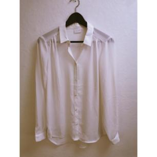 Oanvänd, tunn oversize skjorta från vila, köpt från Nelly för 379 kr