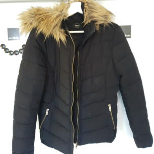 Skön vinter/höst jacka från Vero Moda. Med päls-luva 🌟