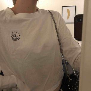 Långärmad tröja från Cheap Monday. 🤪 Den är lite kortare i modellen men passar till allt! Oanvänd. 💕👊🏼