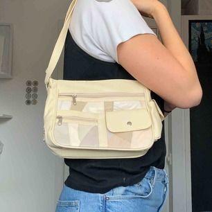 Cool handväska fyndad på secondhand men som inte används, frakt tillkommer