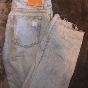 Snygga raka ljusa jeans!! Säljer eftersom de blivit för stora för mig☺️