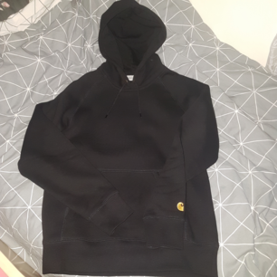 Helt ny carhartt hoodie i storlek S!  nypris: 999   Tags: Off white, LV, supreme, Gucci, cdg, bape, stone island, Nike, acne studios, dsquared, moncler, acne studios, needles, jean, carhartt, the North ,moncler, champion, wood, wood, thrasher, golf le fleur, golf wang