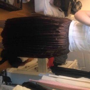 brun metallic midi skirt från prettylittlething. Storlek 36, sitter perfekt i midjan, men är för kort för mig. Jag är 173 cm, denna kjolen skulle nog passa någon kortare än mig bäst!