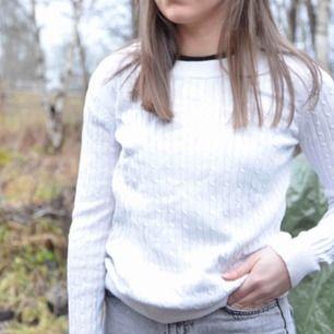 """🛍En """"flätad"""", vit tröja från Gina Tricot. 100% ekologisk bomull. Vid frakt tillkommer extra kostnad."""