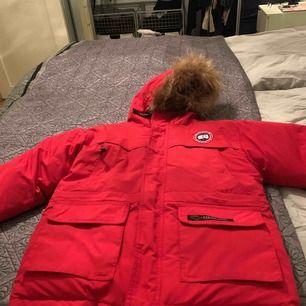 En fin canada gosse jacka färg röd och storleken är nio till tio år helt oanvänd.