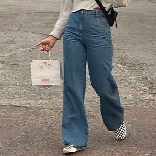 Säljer mina jeans då dem tyvärr inte kommer till användning längre.  Köpta på HM-Trend, alltså limited edition!  200kr + 79kr frakt!  Byxorna är inte avklippta nertill utan de var sydda inåt men sömmen släppte och de veks ut (jämför bild 1&2)