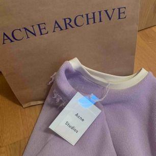 Skitsnygg oanvänd tröja som jag köpte på Acnes sample sale för bara några veckor sedan. Ska resa i varma länder under längre period nu så kommer inte få användning för den:(  Kostade 1400 så säljer för 800 men kan bli billigare vid snabb affär💜