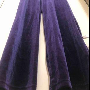 Lila sammets byxor, super snygga till en svart magtröja eller likande!