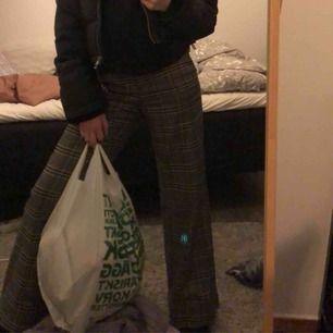 Intresse koll på dessa snygga raka byxor, köpta här på plick, ursprungligen från h&m, de va för långa för mig så sydde upp dom, passar perfekt på mig som är ca 165 lång💕 (haken bak på byxorna har låssnat)