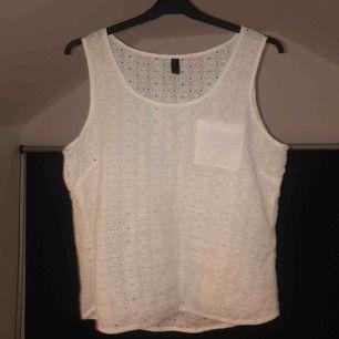Vitt snyggt linne från Vero Moda. Använd 1-2 ggr. Passar även om man är S och gillar att ha kläder som sitter lite lösare.🌸