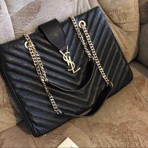 🌸 Säljer min fina väska med lambskinn har cetifikat kort med. Bästa väskan kan skicka spårbar!!! 🌸 Finna i Halmstad