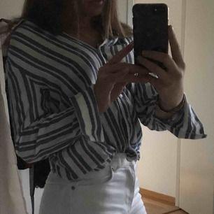 Fin blå och vit randig skjorta/blus från Bik Bok i storlek 34. Djup v-ringning i halsen med fin passform. Säljer eftersom jag har använt plagget fåtal gånger. Köparen står för frakt.❤️❤️