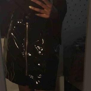 Cool kjol, vet ej vart den är köpt eftersom lappen är borttagen, skickar fler bilder om önskat. ❗️frakten ingår i priset ❗️