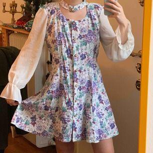 Vintage Klänning med unika detaljer som inte har kommit till användning. Står ingen storlek så gissar på att det är en ö 38a! Frakt : 42kr ✨ samfraktar gärna