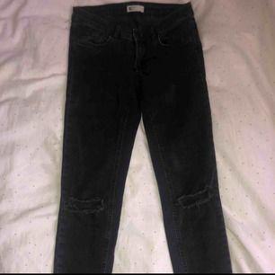 Lågmidjade slitna jeans från Gina tricot. Strl 36. Bra skick.