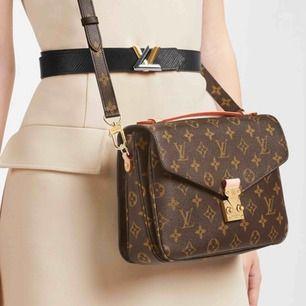 Ny väska inspirerad av LV metis Pochete   Väskan är.    Aa kopia Längd 24 cm, bredd 6 cm, höjd 18 cm. Oanvänd  hänger kan tas bort om Man inte vill ha den  Kan fraktas