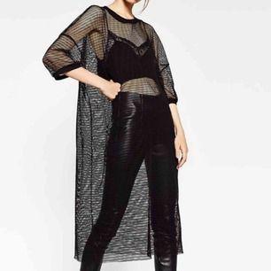Supercool nätklänning från Zara!! Perfekta festival-outfiten med tillsammans med topp och bikerpants!! klänningen är oversized men passar alla storlekar, beroende på hur man vill att den ska sitta.🌈💘