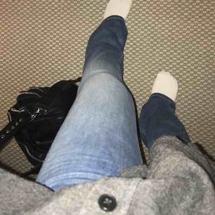 Nästintill oanvända jeans från Crocker. Modellen heter 231 och är bootcut👖Stretchigt men ändå rejält material, vilket gör att dem är supersköna + supersnygga! Nypris 800kr💙 Köparen står för fraktkostnaden.