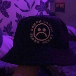 Yung Lean Sadboys buckethat som jag köpte för flera år sen. Kommer aldrig till användning och är använd endast på bilder. Storlek är S/M och passar dem med lite större huvud.  Kan mötas upp Skåne eller köparen betalar för frakt.  (Spårbart ca 77kr)
