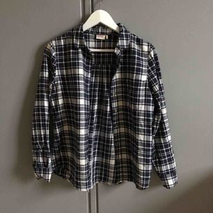 Rutig skjorta från Dobber, köpt för ca 2 år sedan men har använt den max 3 ggr. Säljer pga att den inte kommer till användning och för att det inte är min stil.
