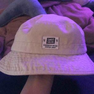 SWEET SKTBS buckethat som jag älskar 🥰😢 Säljer för är i behov av pengar! Sparsamt använd! Möts upp Skåne eller köparen betalar frakt! (Spårbart ca 77kr)