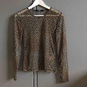 Leopard tröja från Bikbok som är i genomskinligt tyg. Topp skick, använd ca 2 ggr.