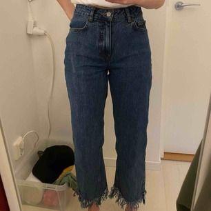 Skitcoola mörkblå jeans från NA KD med fransar nertill som tyvärr inte kommer till användning längre. I strl 34 (skulle säga att det även funkar till 32) jag är 168 cm lång och fransarna går ungefär till anklarna på mig. Frakt tillkommer!