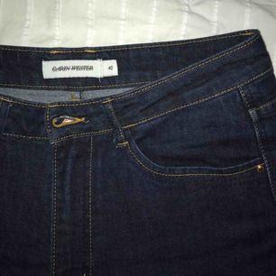 Jättefina raka jeans från Carin Wester :-) fint skick och bra passform, passar både small och medium:-) fraktkostnad inräknat i priset! 💞