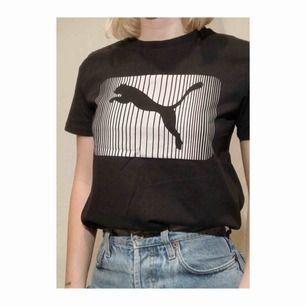 Cool sportig tröja från Puma! Supersnyggt att styla till jeans och sneakers. Går även att croppa om man vill piffa upp den lite🤪🥳