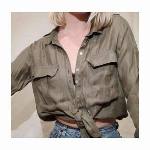 Fin skjorta i khaki-grön! Passar alla storlekar beroende på hur man vill bära den. Lika snygg knuten som öppen eller instoppad! ett kap🤪🥳💜